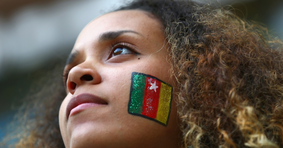 23.jun.2014 - Mesmo já fora da Copa, camaronesa vai com a bandeira pintada no rosto para a partida contra o Brasil