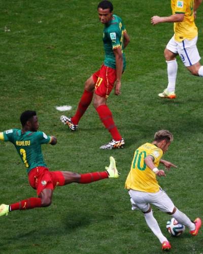 23.jun.2014 - Mesmo marcado, Neymar finaliza e marca para o Brasil contra Camarões no Mané Garrincha