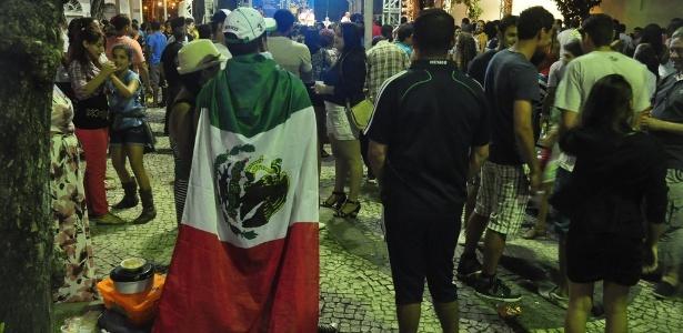 Mexicanos invadem forró e travam guerra de hinos com brasileiros