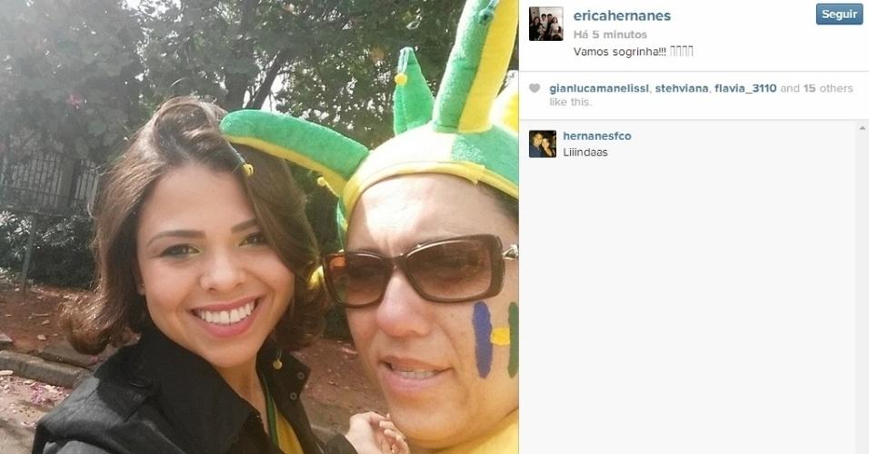 Mulher de Hernanes, Erica tira foto com a sogra pouco antes de o Brasil encarar Camarões
