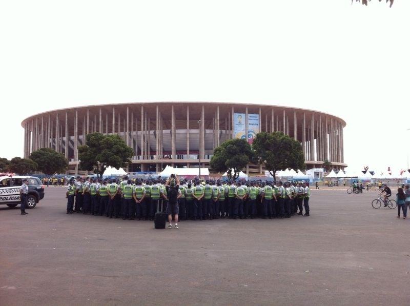 'Multidão' de policiais se reúne no estádio Mané Garricha para fazer a segurança do local durante a partida entre Brasil e Camarões, nesta segunda-feira