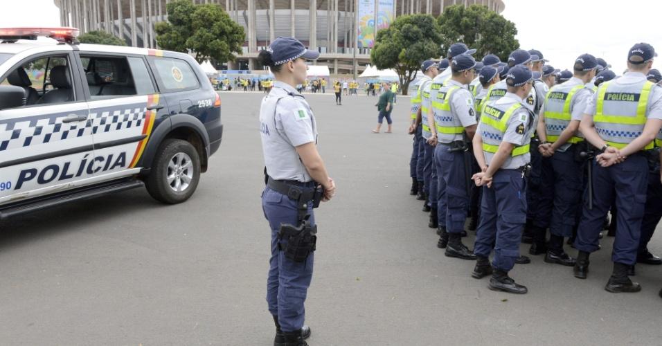 'Multidão' de policiais se reúnem no estádio Mané Garricha para fazer a segurança do local durante a partida entre Brasil e Camarões, nesta segunda-feira