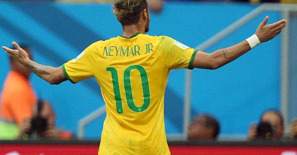 Neymar abre os braços para comemorar o segundo gol do Brasil contra Camarões