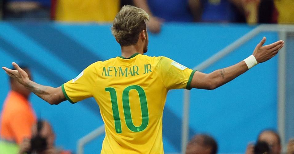 23.jun.2014 - Neymar abre os braços para comemorar o segundo gol do Brasil contra Camarões