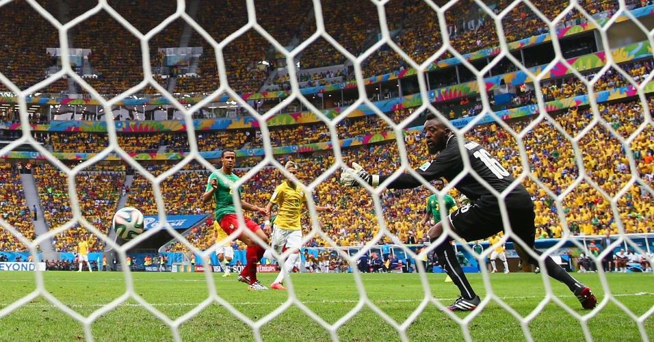 23.jun.2014 - Neymar aproveita cruzamento de Luiz Gustavo e coloca o Brasil na frente do placar contra Camarões