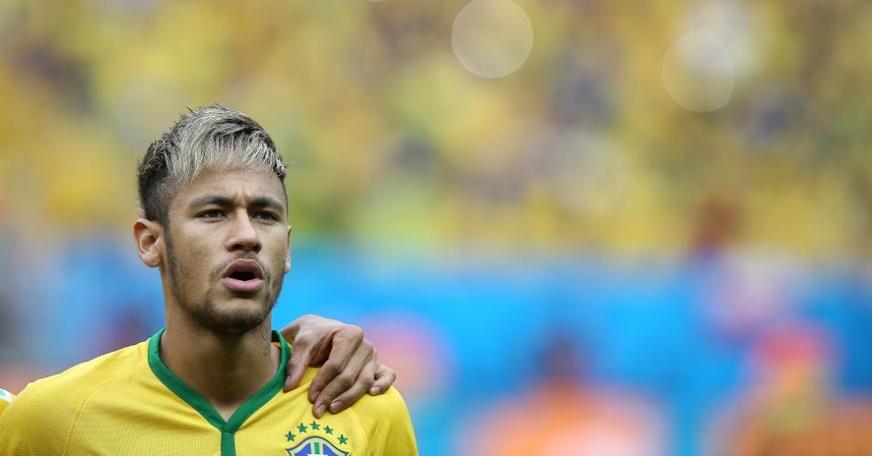 23.jun.2014 - Neymar canta o hino nacional antes da partida contra Camarões, no estádio Mané Garrincha, em Brasília