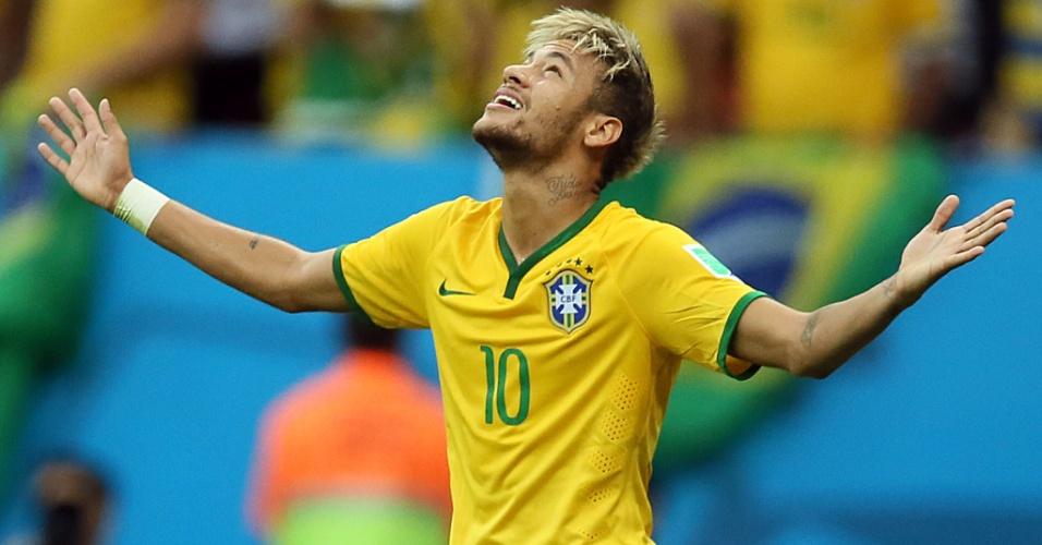23.jun.2014 - Neymar comemora após marcar seu segundo gol no jogo e colocar o Brasil novamente na frente do placar contra Camarões