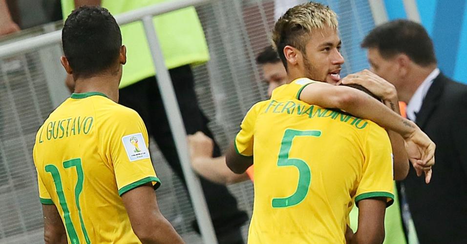 23.jun.2014 - Neymar comemora com Fernandinho, que marcou o último gol brasileiro na vitória por 4 a 1 sobre Camarões