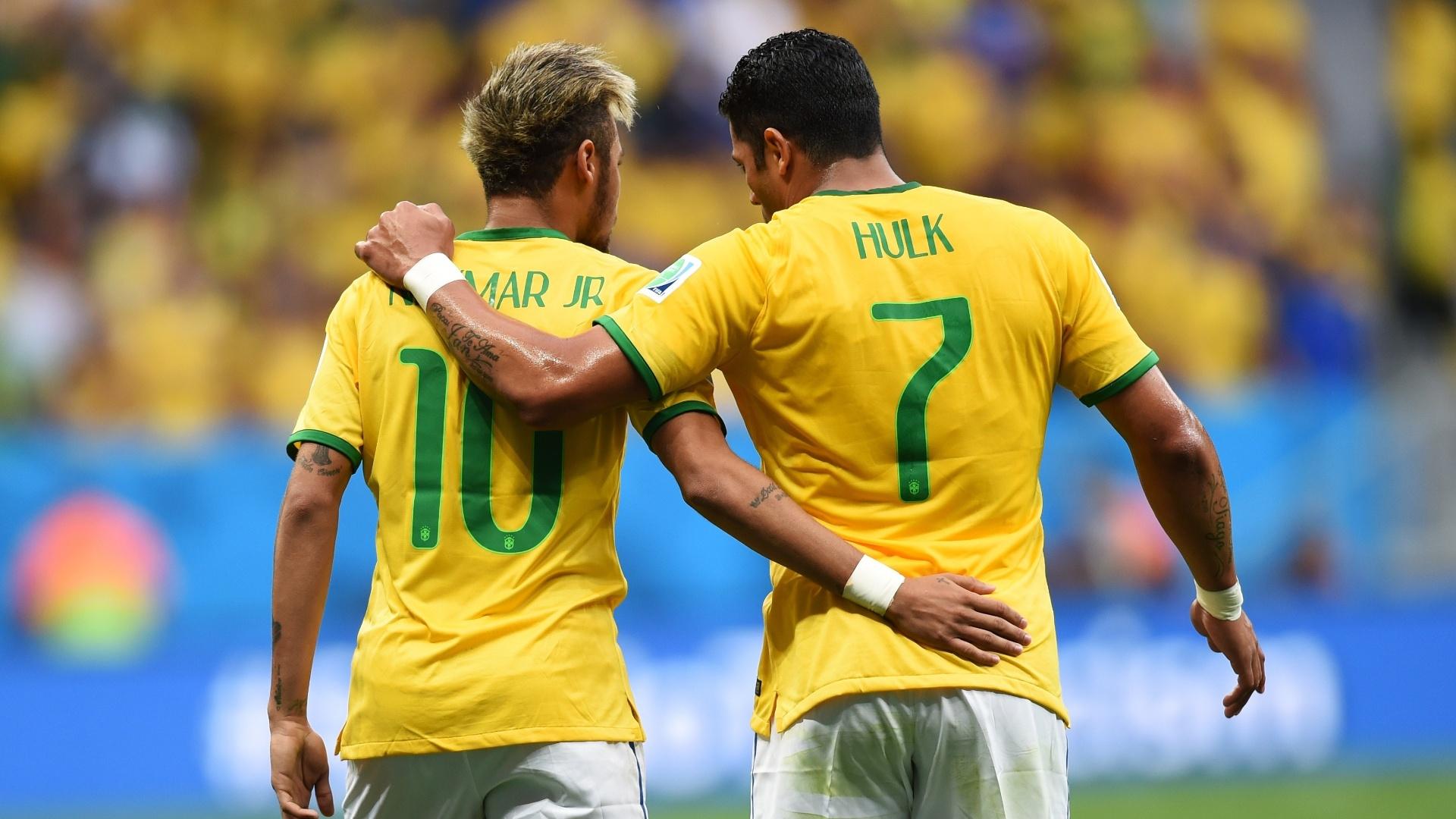 23.jun.2014 - Neymar comemora com Hulk na vitória do Brasil sobre Camarões por 4 a 1