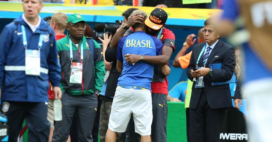 23.jun.2014 - Neymar cumprimenta o camaronês Song, companheiro de Barcelona, antes do início da partida no Mané Garrincha