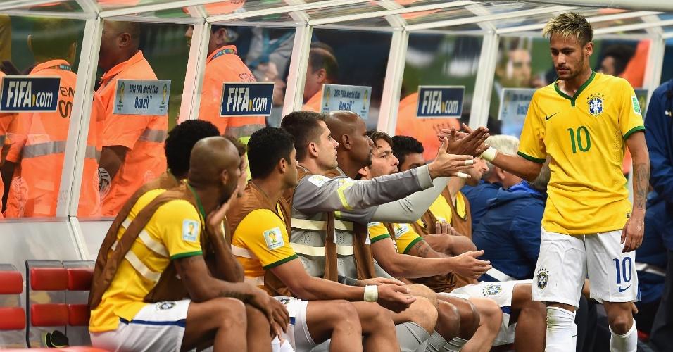 23.jun.2014 - Neymar cumprimenta os reservas do Brasil após ser substituído na vitória por 4 a 1 sobre Camarões