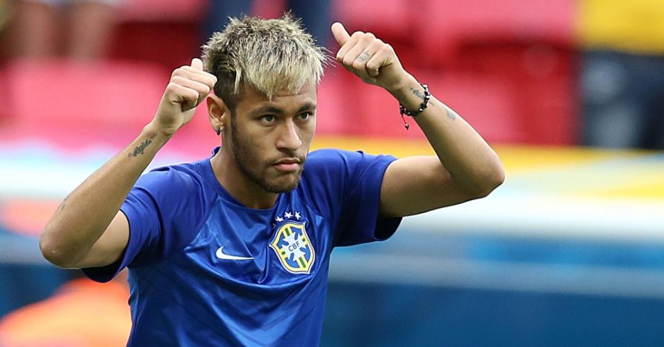 23.jun.2014 - Neymar faz gesto para a torcida durante o aquecimento da partida do Brasil contra Camarões, em Brasília