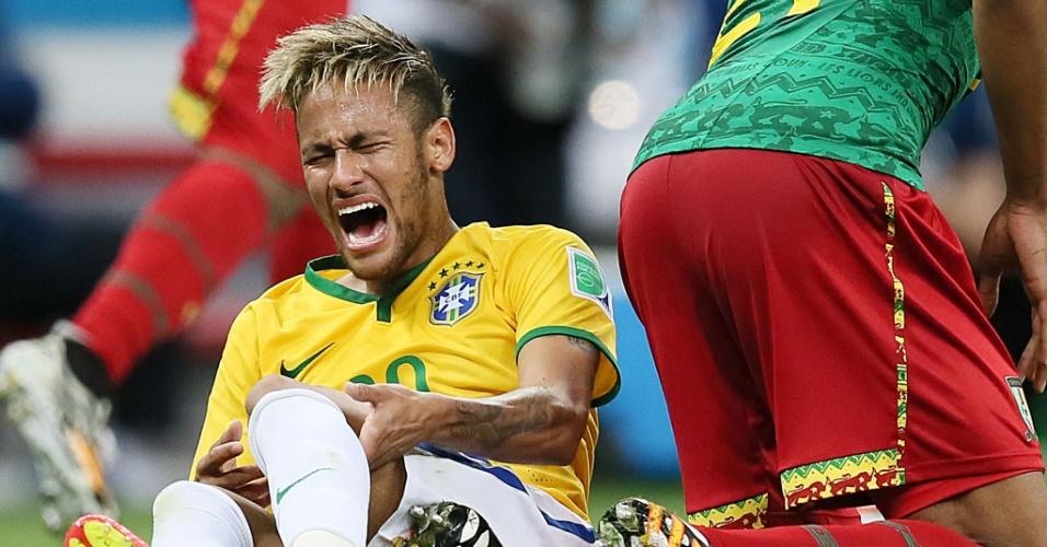 23.jun.2014 - Neymar marcou duas vezes contra Camarões, mas também sentiu muita dor no estádio Mané Garrincha