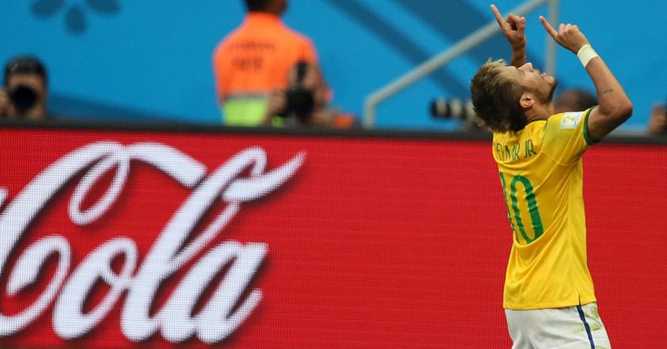 23.jun.2014 - Neymar se ajoelha para comemorar seu segundo gol contra Camarões, no estádio Mané Garrincha