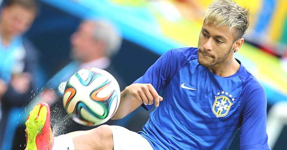23.jun.2014 - Neymar sobe ao gramado do Mané Garrincha para fazer aquecimento antes da última partida do Brasil na primeira fase da Copa