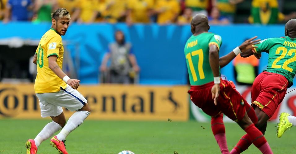 23.jun.2014 - Neymar tenta criar oportunidade no início do jogo entre Brasil e Camarões, no Mané Garrincha, em Brasília