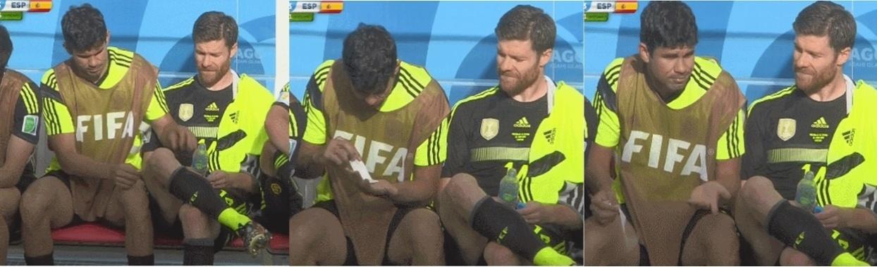 No banco de reservas, Diego Costa se diverte e tenta depilar companheiro