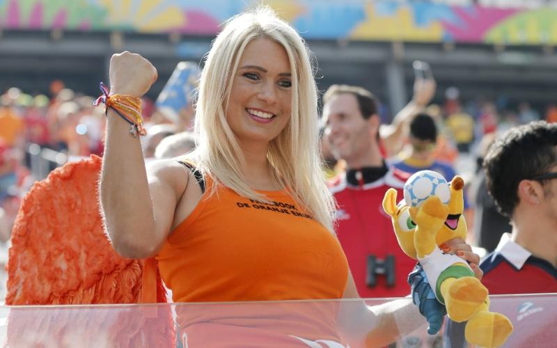 No Itaquerão, bela apoiadora da Holanda mostra sua torcida, com direito a Fuleco para entrar no clima de Copa