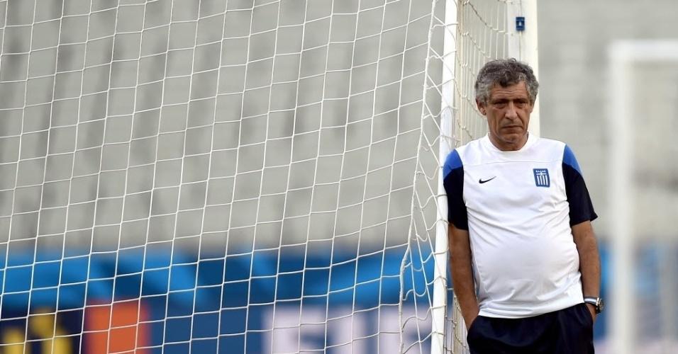 O português Fernando Santos, técnico da Grécia, observa o time no treino antes do jogo de terça-feira
