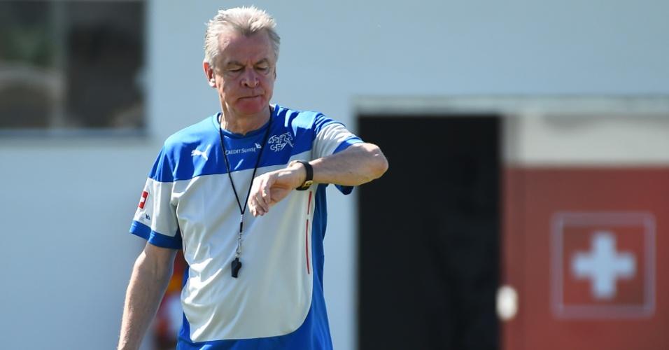 Ottmar Hitzfeld, alemão treinador da Suíça, comanda treino do time em Porto Seguro