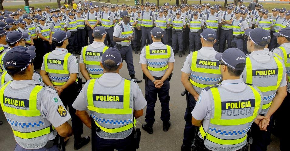 Policial discursa para companheiros em preparação para a segurança do jogo Brasil x Camarões