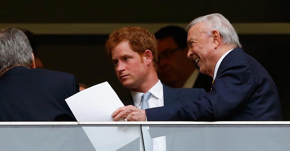 23.jun.2014 - Presidente da CBF, José Maria Marin, recepciona o príncipe Harry, antes do jogo do Brasil contra Camarões