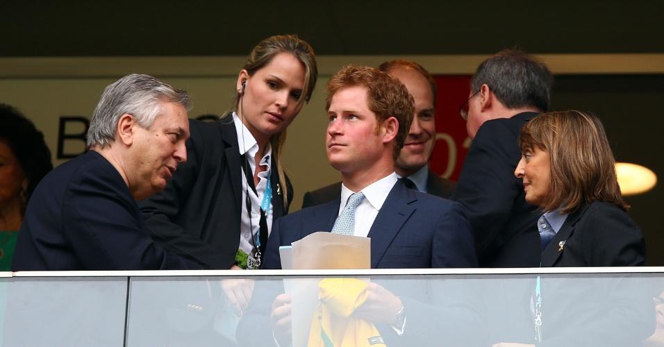 23.jun.2014 - Príncipe Harry recebe camisa da seleção brasileira no estádio Mané Garrincha