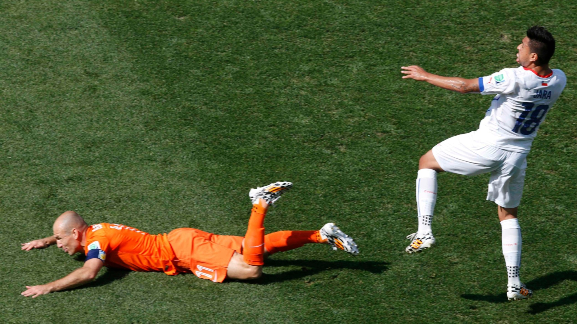 Robben fica no chão após disputar lance com Gonzalo Jara na partida entre Holanda e Chile