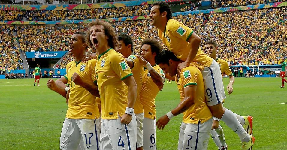 23.jun.2014 - Seleção brasileira comemora com a torcida depois de abrir o placar contra Camarões, em Brasília