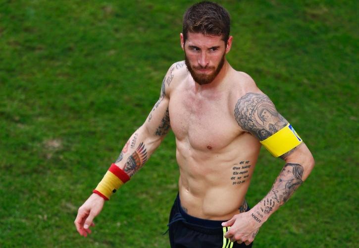 Sergio Ramos deixa o campo sem camisa e revela algumas de suas numerosas tatuagens