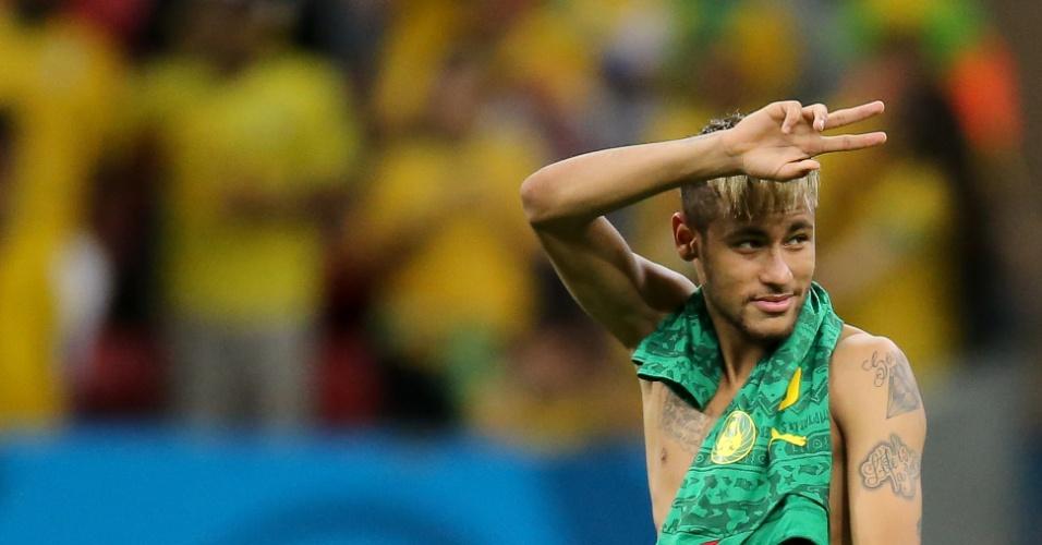 23.jun.2014 - Sorridente, Neymar deixa o gramado do Mané Garrincha após a vitória do Brasil sobre Camarões por 4 a 1