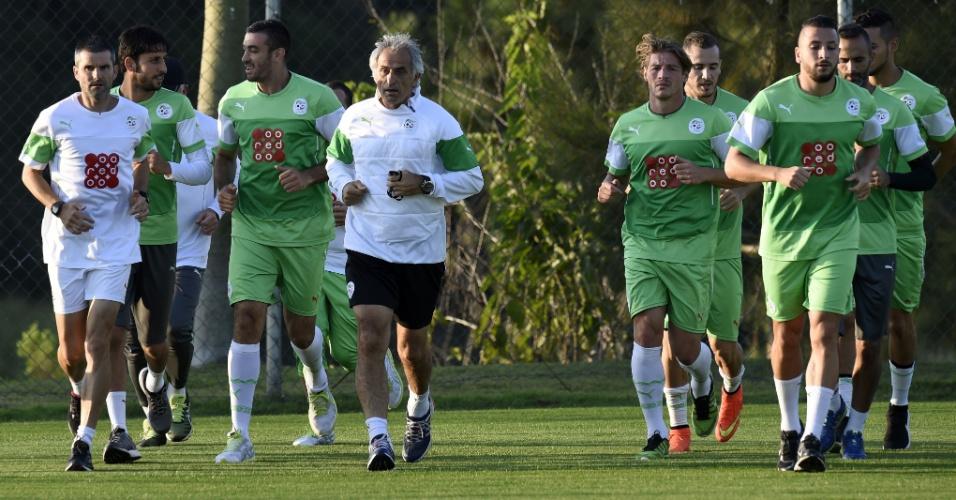 Técnico Vahid Halilhodzic corre com os jogadores durante treino da Argélia em Sorocaba