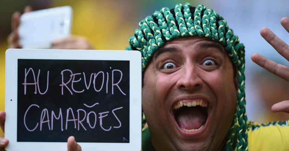 """23.jun.2014 - Torcedor brasileiro manda um """"até logo"""" para a seleção de Camarões, antes do jogo em Brasília"""