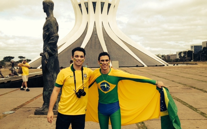 """Torcedor brasileiro se proclama """"Supermano"""" e faz turismo e """"fezinha"""" na catedral antes de ver Brasil x México"""