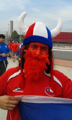 Torcedor chileno exibe rosto e barba pintados para partida contra Holanda