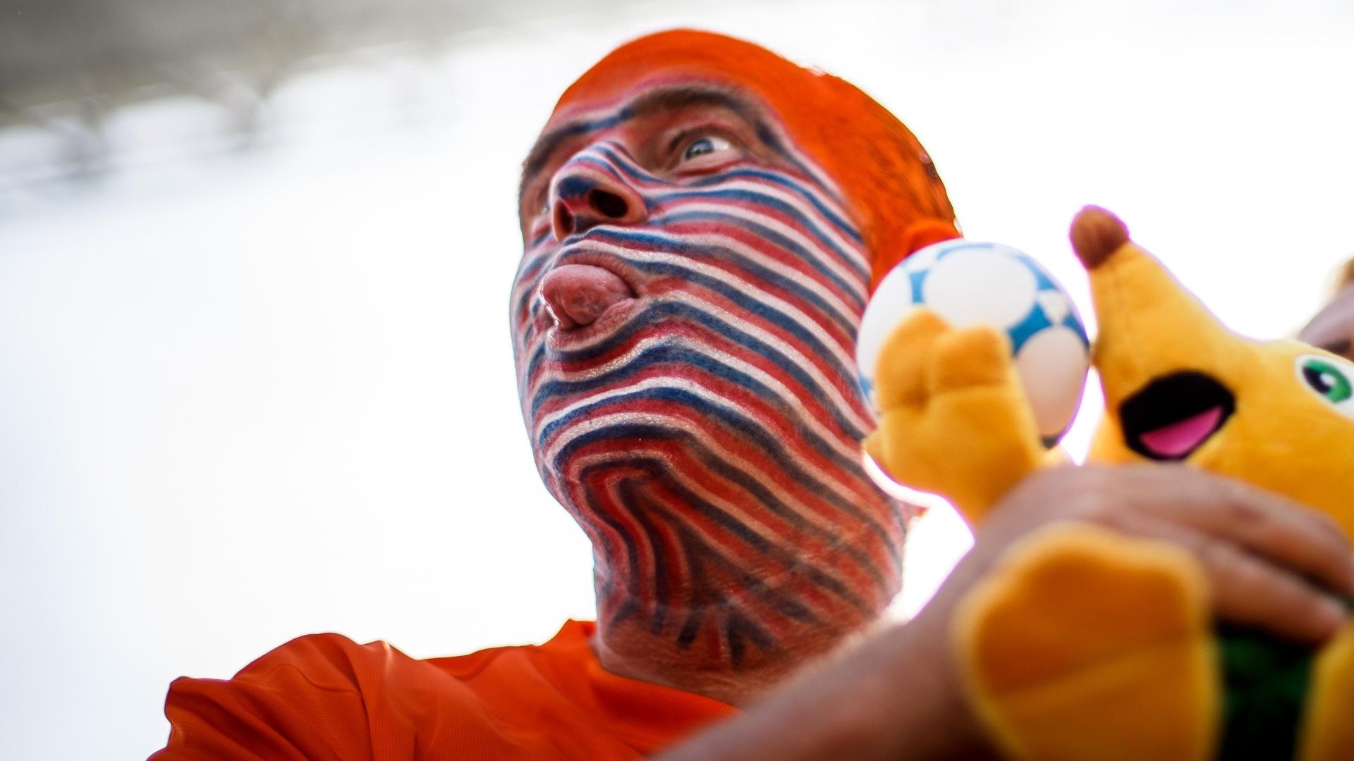 Torcedor da Holanda pinta toda a cabeça para assistir à partida contra o Chile, no Itaquerão