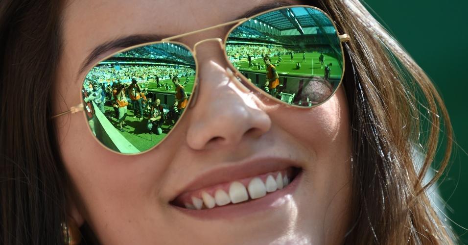 Torcedora acompanha partida entre Espanha x Austrália na Arena da Baixada, em Curitiba
