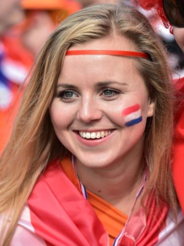 Torcedora da Holanda pinta o rosto para torcer contra o Chile, no Itaquerão