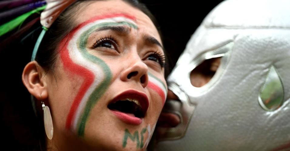 Torcedora do México ganha beijo de mascarado na Arena Pernambuco