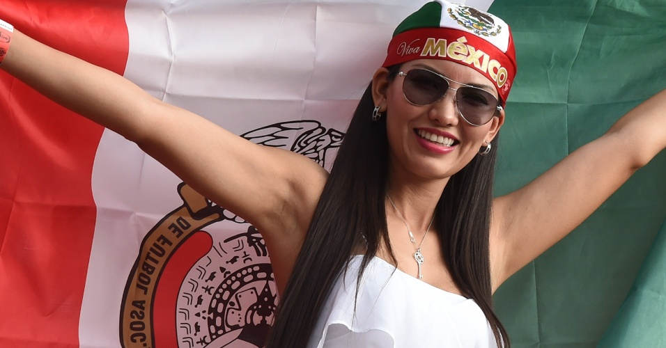 Torcedora do México sorri antes do início do jogo contra a Croácia