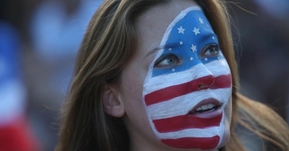 Torcedora dos EUA pinta o rosto para torcer na partida contra Portugal