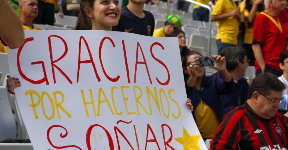 Torcedora exibe cartaz em agradecimento à seleção espanhola, em partida contra a Austrália na Arena da Baixada, em Curitiba