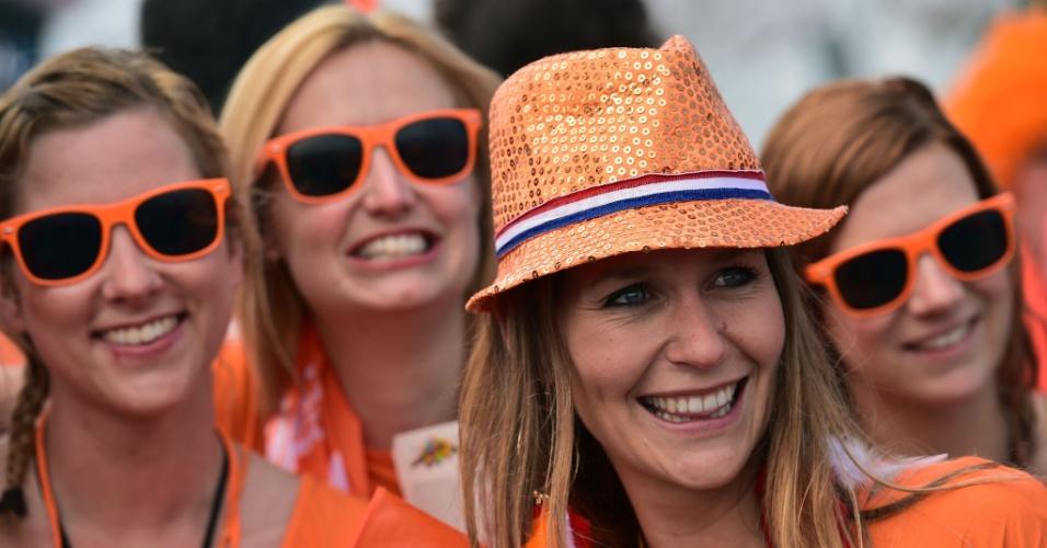 Torcedoras holandesas fazem festa para acompanhar o jogo no Itaquerão, contra o Chile