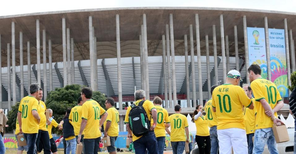 Torcedores brasileiros começam a se concentrar no entorno do estádio Mané Garrincha, que recebe partida entre Brasil x Camarões