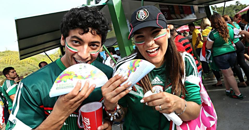 Torcedores do México encaram tapioca antes do jogo contra a Croácia, em Recife