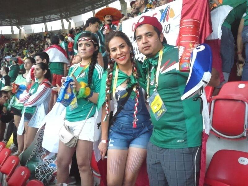 Torcedores fazem festa antes do jogo entre México e Croácia, na Arena Pernambuco
