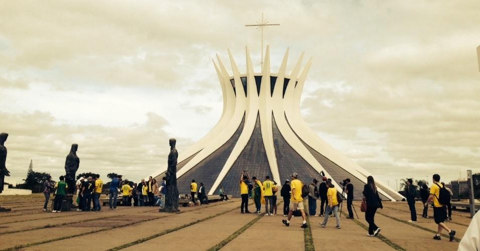 Torcedores fazem turismo cívico e até rezam na catedral antes de jogo da seleção em Brasília
