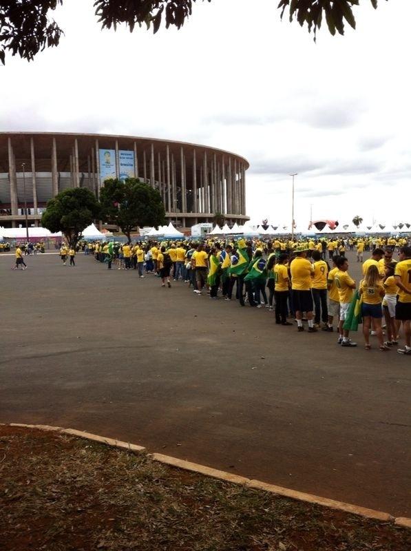 Torcedores formam fila para entrar no Mané Garrincha antes da partida contra Camarões