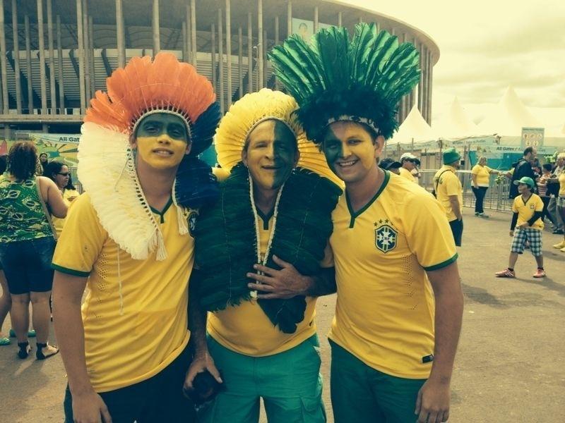 Torcedores vestidos de índios aguardam abertura dos portões do estádio Mané Garrincha