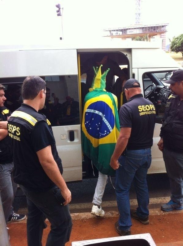 Três ambulantes são presos pela polícia por venderem produtos da Copa falsificados no entorno do estádio Mané Garrincha, em Brasília